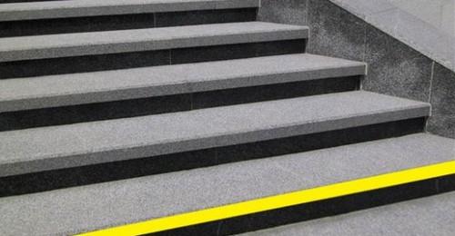 В Харькове ступени в метро обклеят желтыми лентами
