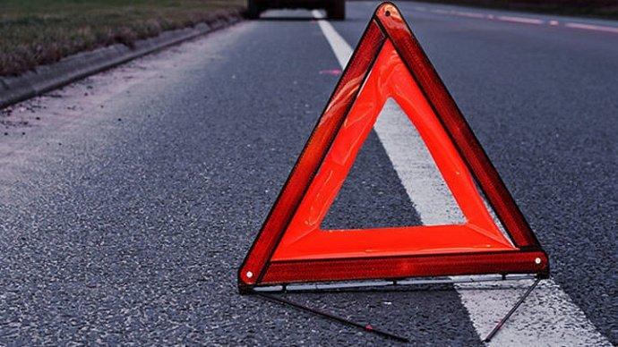 Серьезное ДТП в Харькове: машина вылетела на встречную полосу и врезалась в два грузовика (видео)