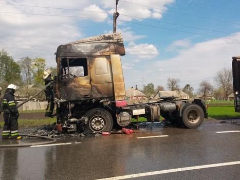 Вспыхнул на ходу: на Харьковщине посреди трассы сгорел грузовик (фото)