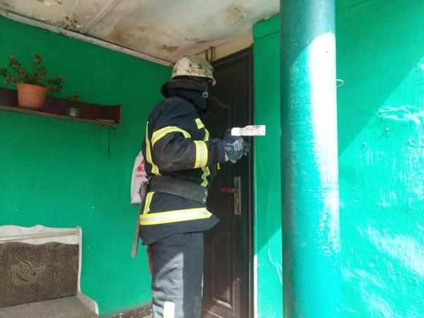 Упала и не смогла подняться. В Харькове спасатели пришли на помощь медикам (фото)