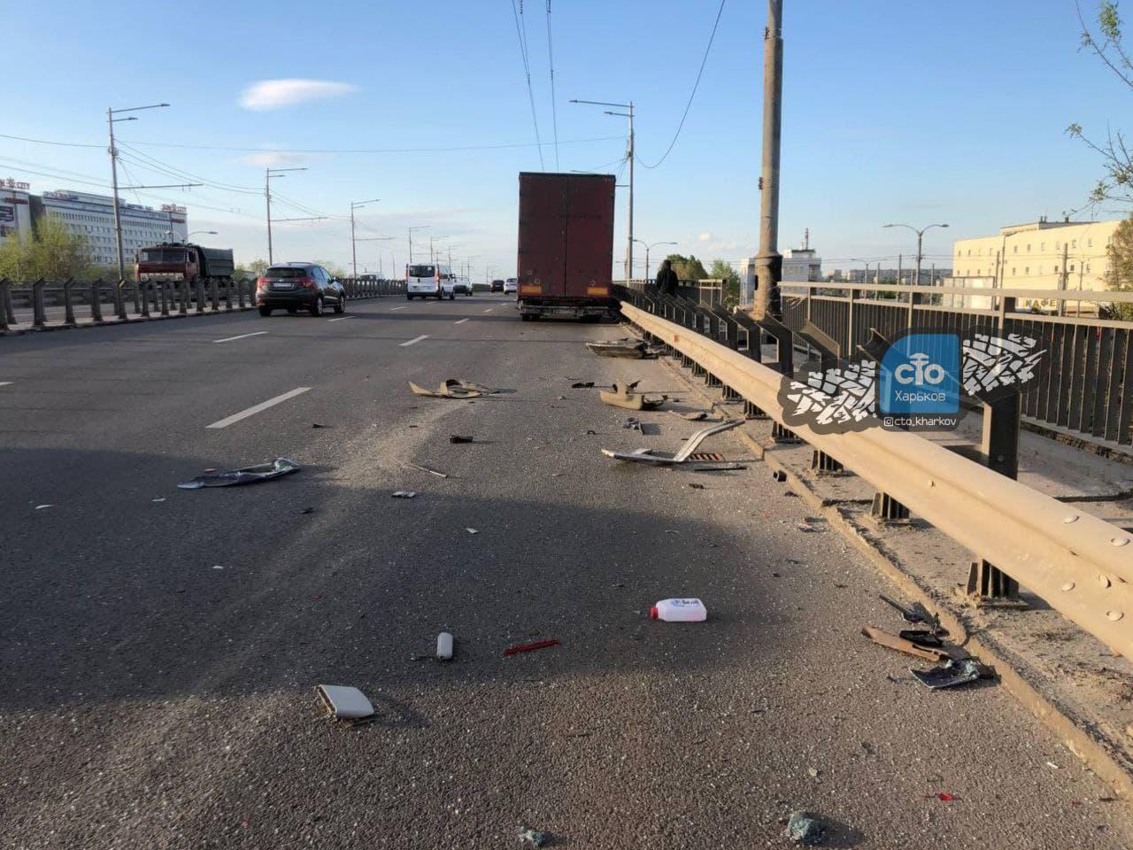 ДТП в Харькове: машина смялась в «квадрат», есть пострадавшие (фото, видео)