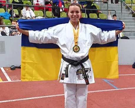 В Харькове чемпионка мира по каратэ помогает разговориться маленькому мальчику (видео)