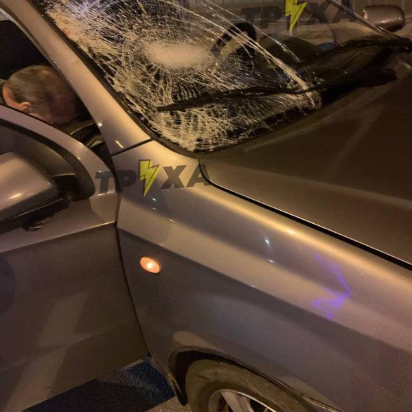 Бегал зигзагами по дороге. В Харькове мужчина угодил под колеса такси (фото)