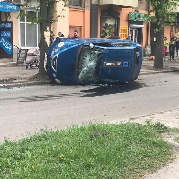 ДТП в Харькове:  машина опрокинулась на бок, есть пострадавшие (фото, видео)