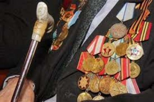 Не мог сдержать слез. В Харькове ветерану-долгожителю подарили уличный концерт (видео)