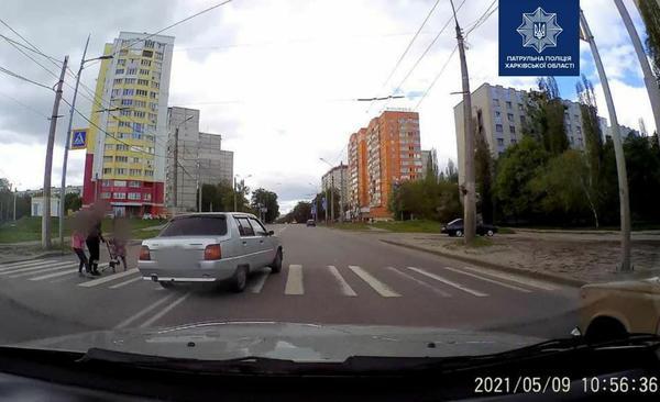 Ехал прямо на женщину с детьми: выходка харьковского водителя попала на видео