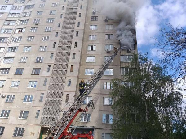 ЧП в Харькове: старушку спасали от огня с помощью автолестницы (фото, видео)