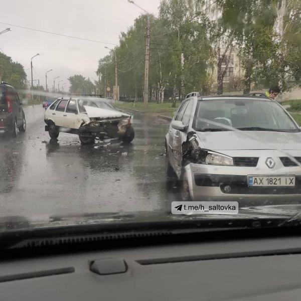 Серьезное ДТП в Харькове: от удара машина задымилась (видео)