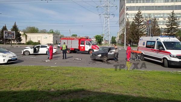 ДТП в Харькове: женщину зажало в салоне, на помощь вызвали спасателей (фото, видео)