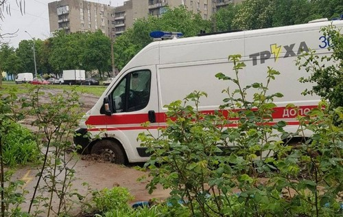 В Харькове спецавтомобиль угодил в ловушку (фото)