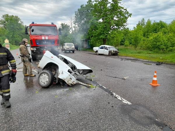ДТП под Харьковом: автомобиль разорвало на две части, есть пострадавшие (фото, видео)