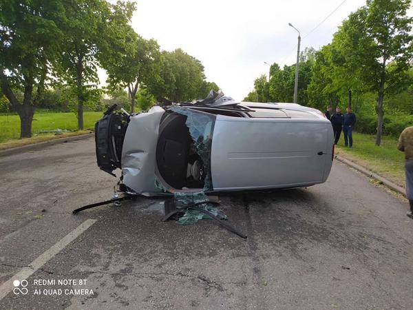 ДТП на Харьковщине: машина врезалась в дерево и перевернулась (фото)