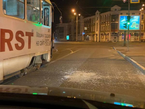 Недовольные пассажиры устроили погром в харьковском трамвае (фото, видео)