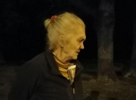 В Харькове в неожиданном месте среди ночи нашли гуляющую бабушку (фото)