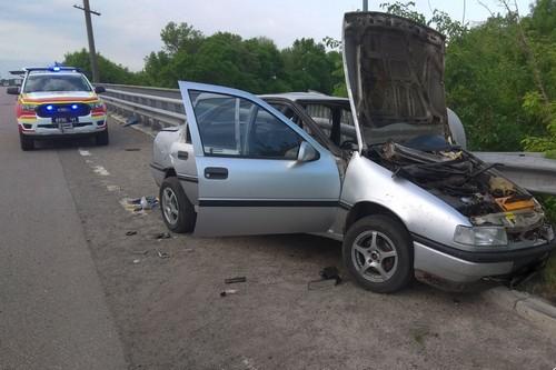 Зажало ноги. На Харьковщине автомобиль протаранил отбойник (фото, видео)