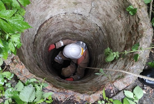 Держался из последних сил. В Харьковской области мужчина провалился под землю (фото)