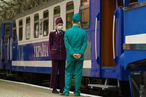 По Харькову начал ездить маленький поезд (фото)
