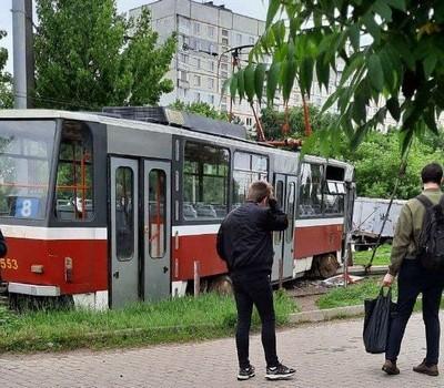 В Харькове трамвай слетел с рельсов: есть пострадавшая (фото, видео)