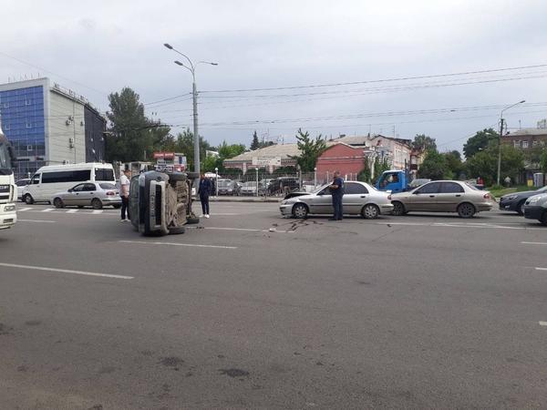 ДТП в Харькове: от удара машина перевернулась и перекрыла часть проспекта (видео)