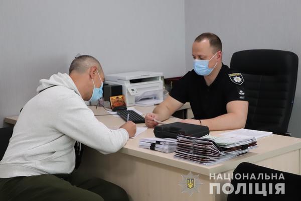 В Харькове мужчина с поддельными документами пытался добиться разрешения на оружие