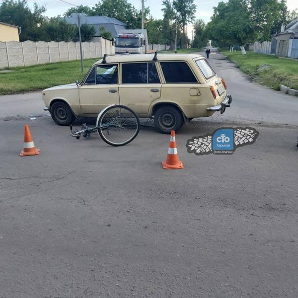 В Харькове случилось ДТП с участием велосипедиста: от сильного удара у машины прогнулась крыша (фото)