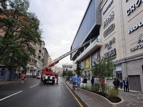 В новый харьковский ТРЦ экстренно съехались спасатели (фото)