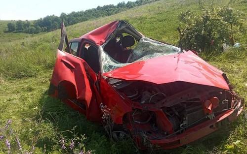 Транспорт вдребезги: на Харьковщине автомобиль вылетел в кювет (фото)