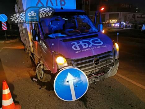 В Харькове грузовик снес островок безопасности (фото)
