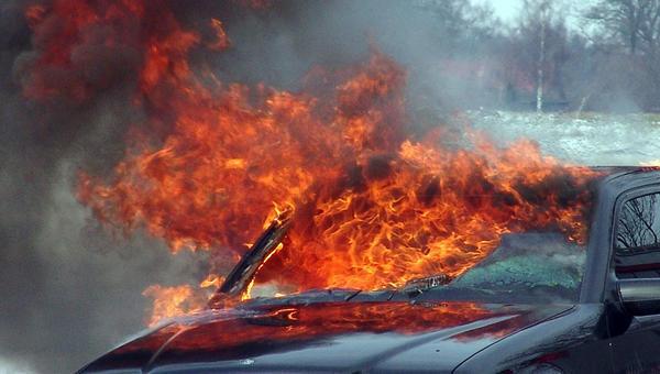 В Харькове  посреди перекрестка вспыхнула машина (видео)