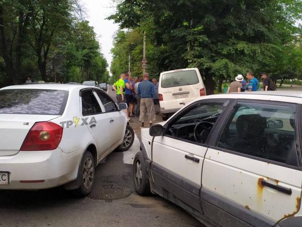 В Харькове перевернулся микроавтобус, на место ДТП приехала скорая (фото)