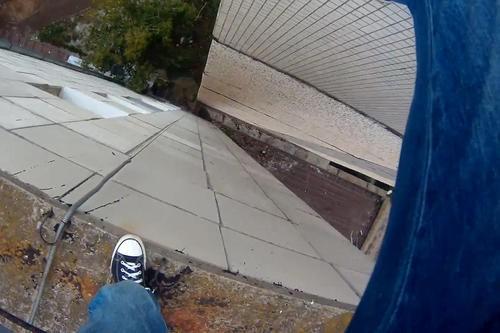 Стоял на краю крыши. В Харькове мужчину успели спасти в последний момент (видео)