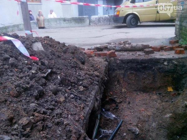 В Харькове мужчина провалился под землю (видео)