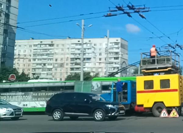 В Харькове из-за троллейбуса образовалась большая пробка (видео)
