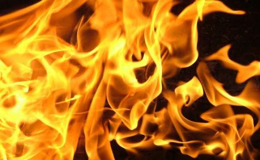 Яркое пламя охватило все помещение: в Харькове сгорела точка быстрого питания (видео)