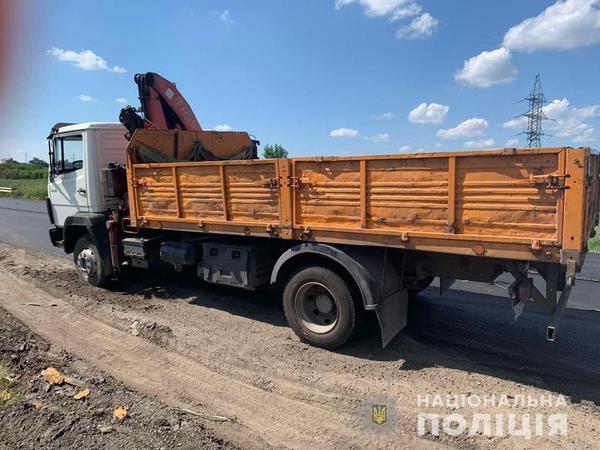 Случай под Харьковом: дорожного рабочего с проезжей части забрали на скорой (фото)