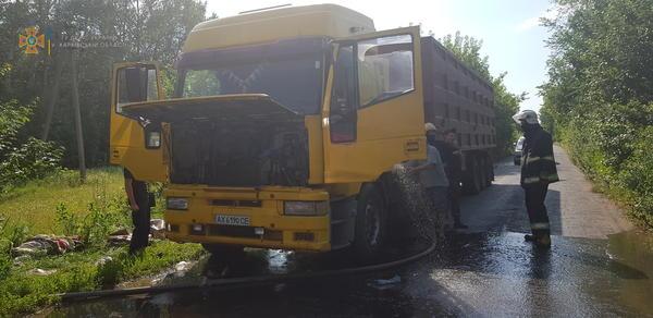 На Харьковщине посреди трассы загорелась фура (фото)
