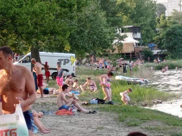 Катафалк на фоне отдыхающих. В Харькове на водоеме – очередной утопленник (фото)