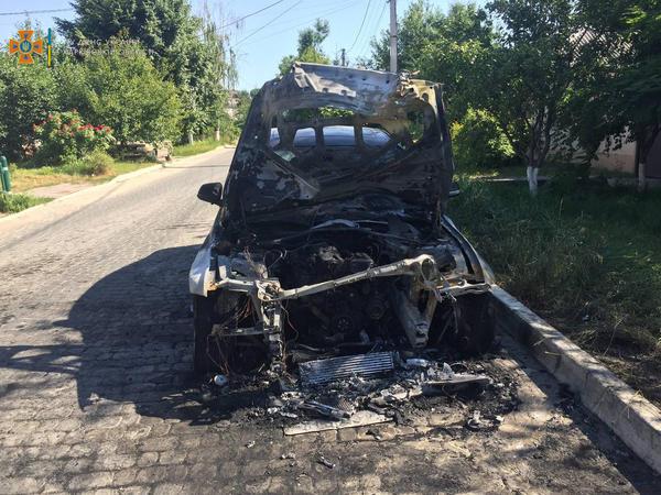 На асфальте остался расплавленный металл. В Харькове на улице сгорела машина (фото)