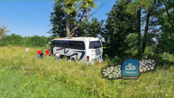 Уснул за рулем: под Харьковом автобус, заполненный людьми, врезался в дерево (фото, видео)