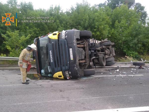 Серьезное ДТП на Харьковщине: на трассе перевернулся грузовик (фото)