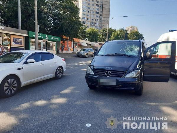 Перебегал дорогу в неположенном месте. В Харькове мужчина серьезно пострадал на дороге