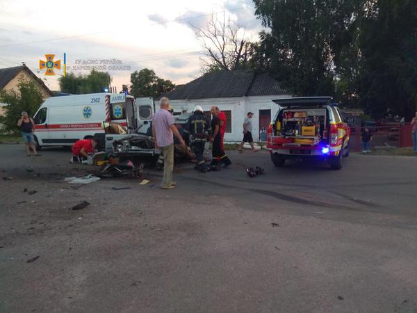 Серьезное ДТП на Харьковщине: машина превратилась в груду металла, два человека погибли (фото)