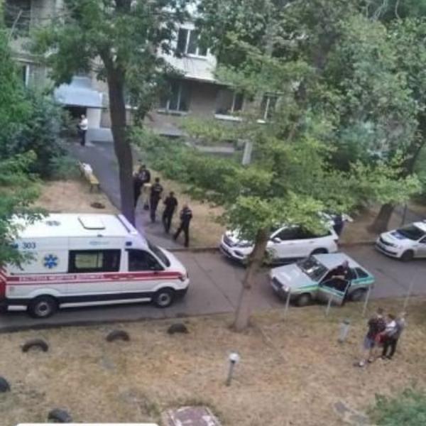 Зашла к соседу и обомлела. В жилом доме Харькова нашли труп с перерезанной шеей