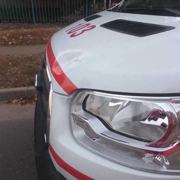 В Харькове напали на автомобиль медиков (фото)
