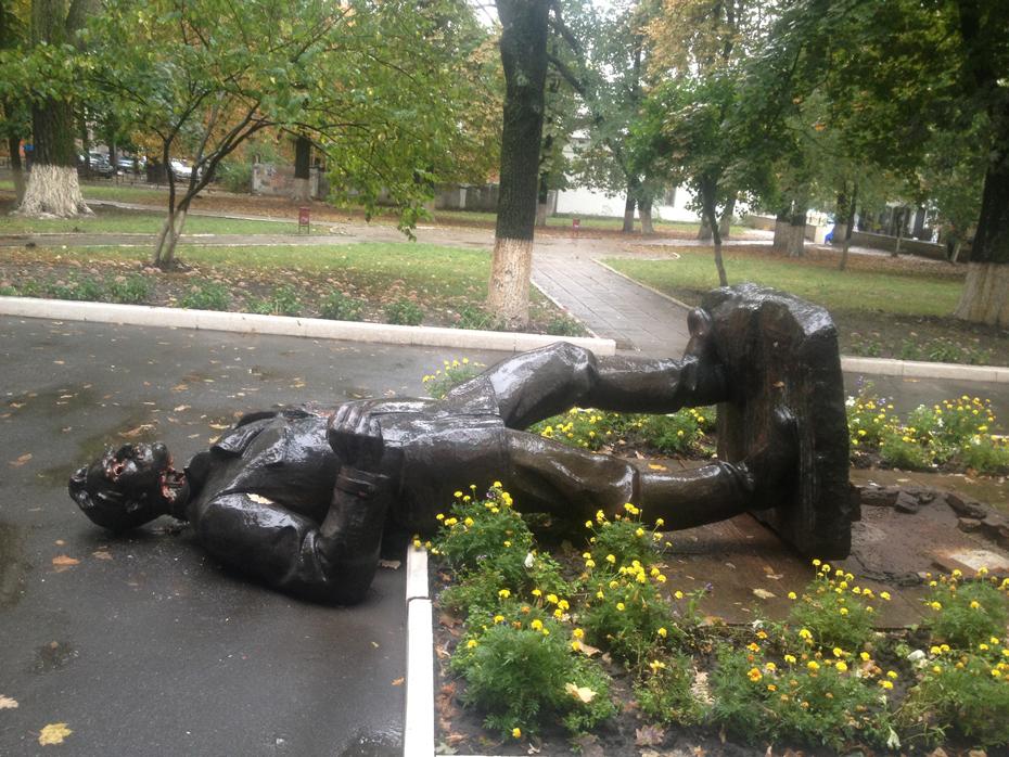 Харьков в XXI веке. 24 сентября - неизвестные люди повалили на землю памятник