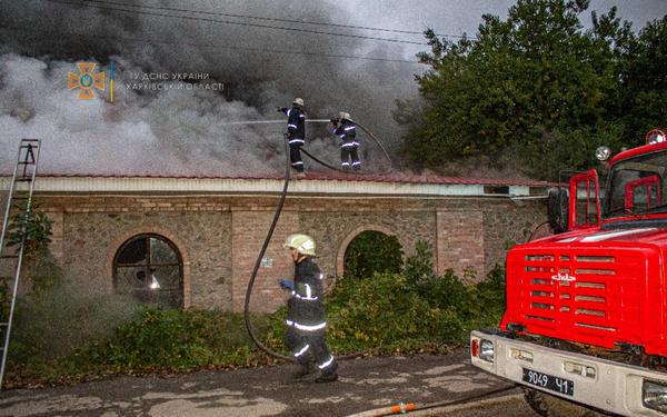 На Харьковщине сгорело здание, в котором раньше отдыхали люди (фото)