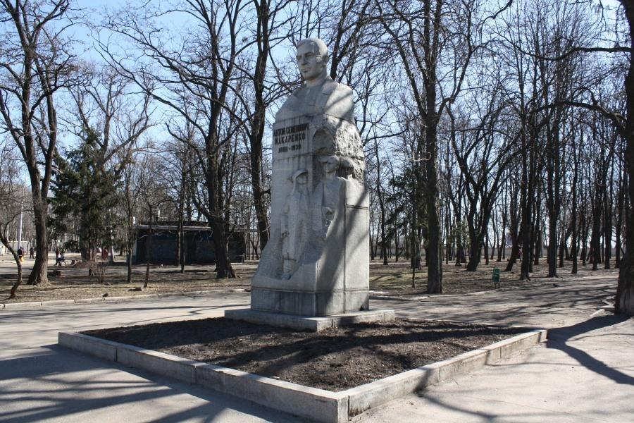 Харьков в XXI веке. 24 октября – демонтировали памятник известному педагогу